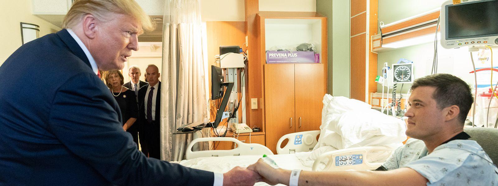 Donald Trump besucht im Miami Valley Hospital einen Überlebenden des Massakers von Dayton.