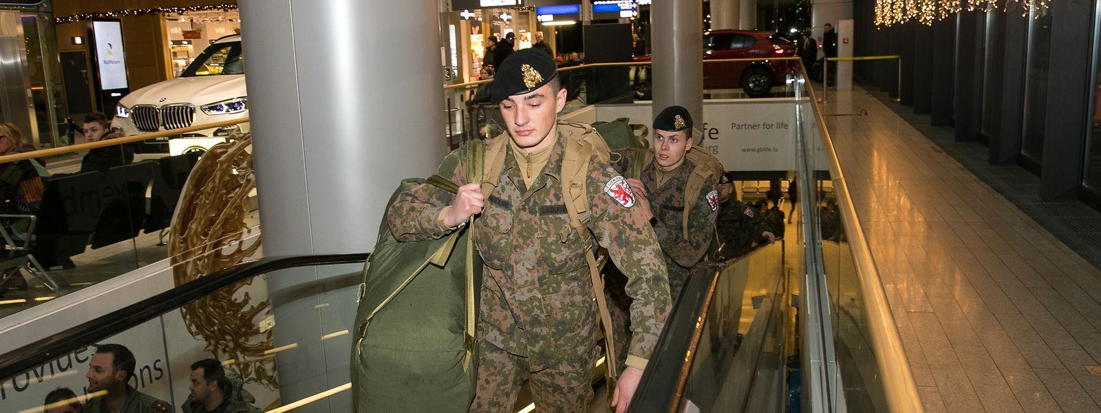 Am Donnerstag wurden die zurückgekehrten Soldaten am Flughafen begrüßt.