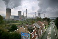 ARCHIV - 21.10.2015, Belgien, Huy: Das Atomkraftwerk Tihange. Hunderte Menschen sollen Anzeige gegen belgische Kernkraftwerke erstatten. Mehrere Anti-Atom-Bewegungen haben dazu aufgerufen, am Samstag in den belgischen Städten Namur, Tongeren und Eupen Anzeige gegen die Kernkraftwerke Tihange und Doel zu erstatten. Grund sind Tausende Haarrisse an den Reaktordruckbehältern und sogenannte Precursor-Ereignisse, die die Menschen verunsichern. Foto: Oliver Berg/dpa +++ dpa-Bildfunk +++