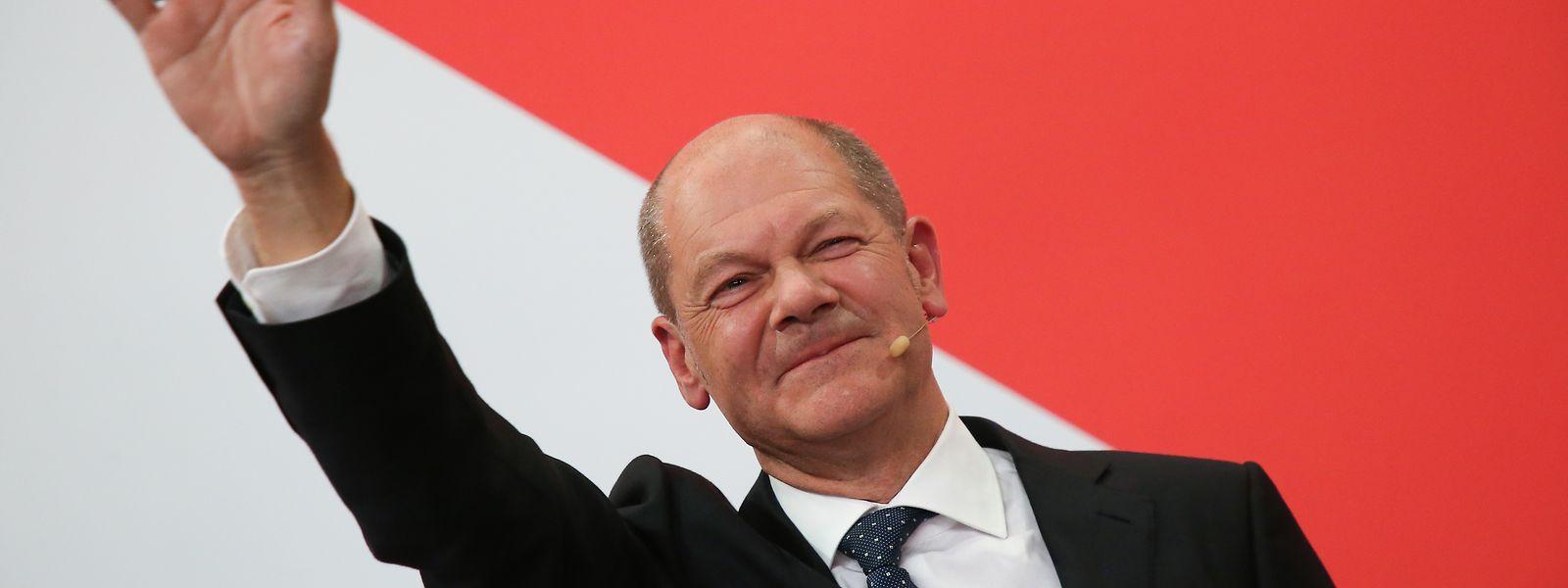 SPD-Kanzlerkandidat Olaf Scholz winkt während der Wahlparty im Willy-Brandt-Haus.