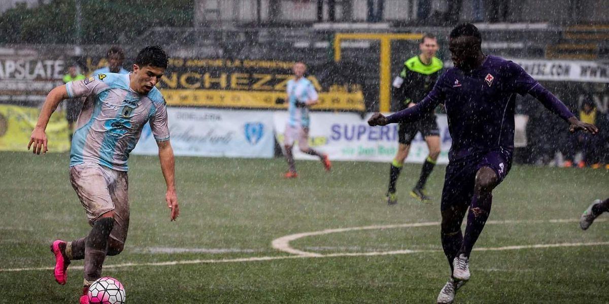Dany Mota (à dta.) no jogo contra a Fiorentina