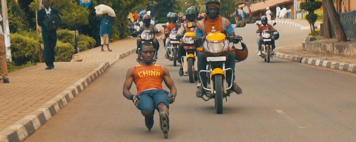 """Kurzfilm """"Africa Riding"""": unterwegs auf Rollerblades auf den Straßen der ruandischen Hauptstadt Kigali."""