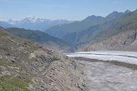 So sieht Gletscherschwund aus: die glatten Felsen waren vor einigen Jahrzehnten noch von Eis bedeckt. Im Hintergrund links erkennt man das Matterhorn. / Foto: Frank WEYRICH