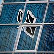 ARCHIV - ARCHIV - 30.04.2018, Frankfurt am Main, Hessen: Das Logo der Deutschen Bank spiegelt sich verzerrt in einer Hochhausfassade. (zu dpa «Hauptversammlung Deutsche Bank» vom 23.05.2018) Foto: Andreas Arnold/dpa +++ dpa-Bildfunk +++