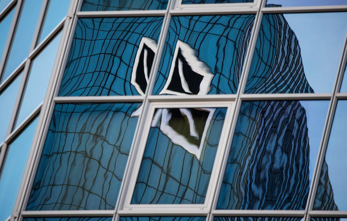 Die Razzia stand im Zusammenhang mit Durchsuchungen bei der Deutschen Bank im vergangenen November, doch wie die Bank auf Twitter mitteilte, richten sich die Untersuchungen nicht gegen die DB.