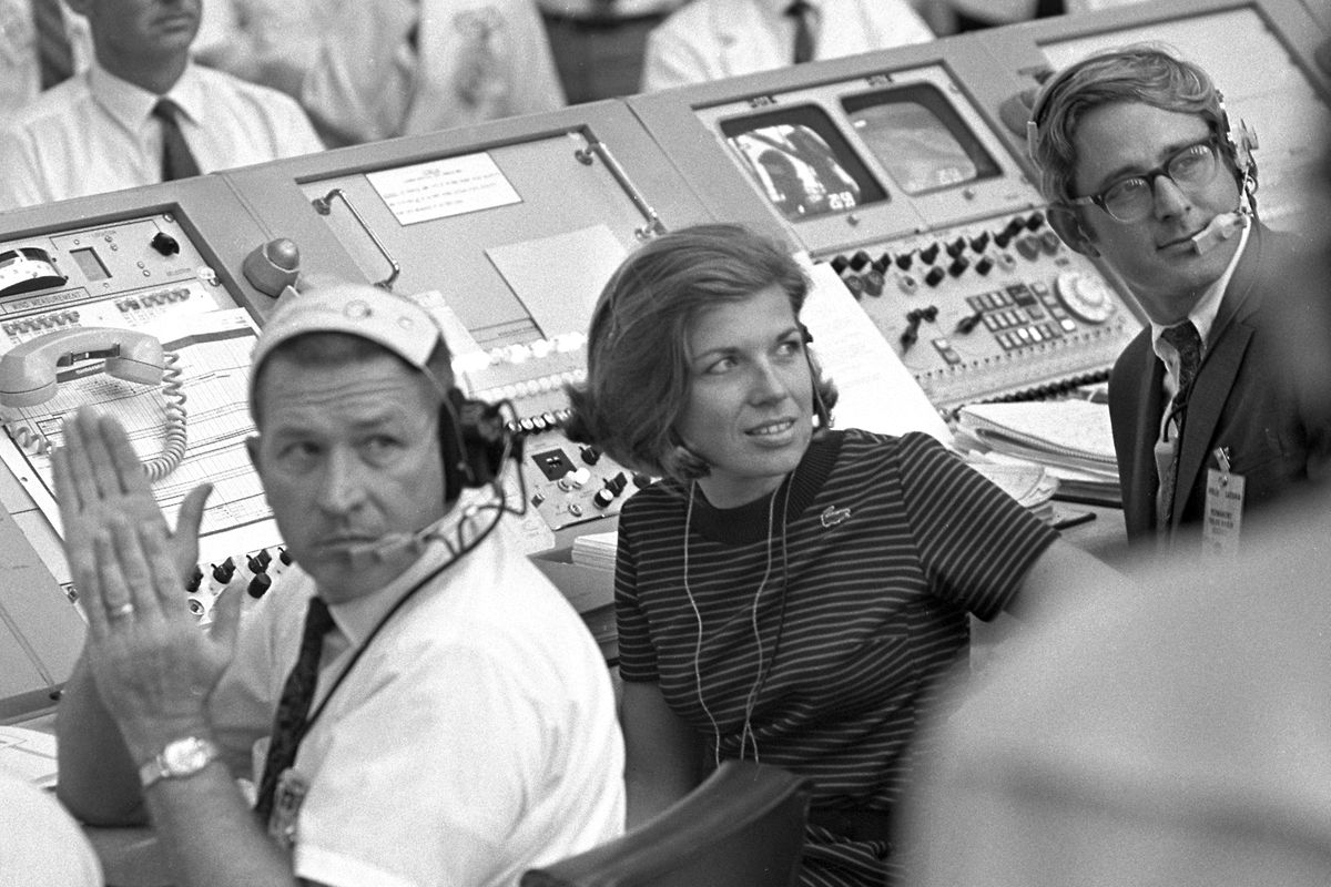 In diesem von der NASA zur Verfügung gestellten Foto vom 16. Juli 1969 beobachtet JoAnn Morgan (M.) aus dem Kontrollzentrum der US-Raumfahrtbehörde den Start von Apollo 11.
