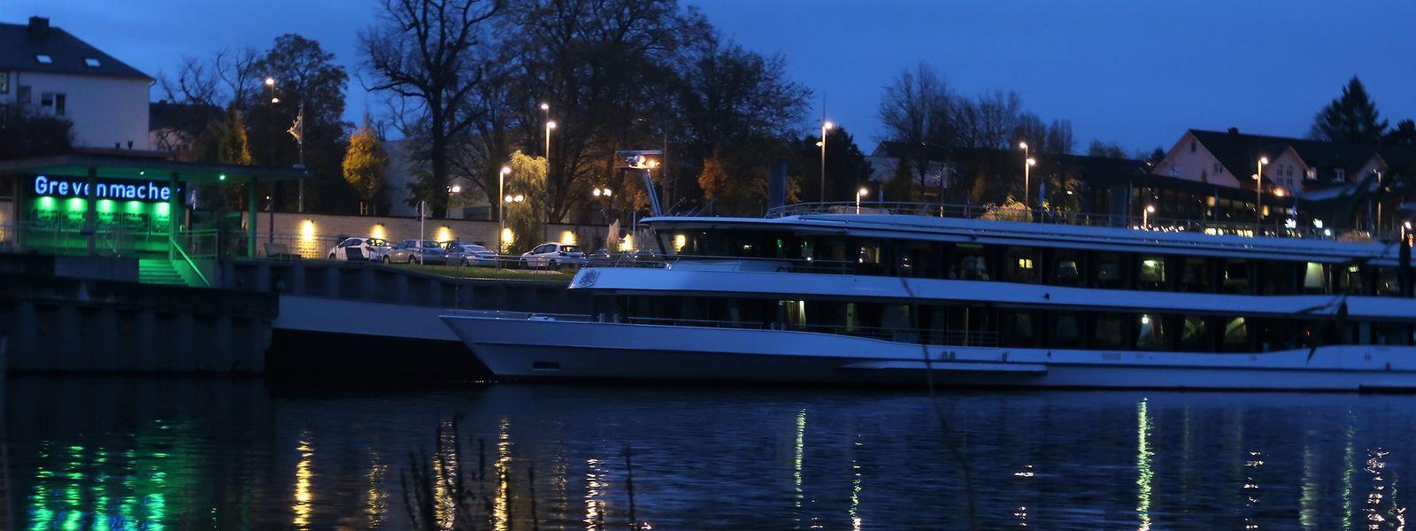 Bei Dunkelheit können die Gäste die Ortschaften an der Mosel vom Wasser aus bewundern.