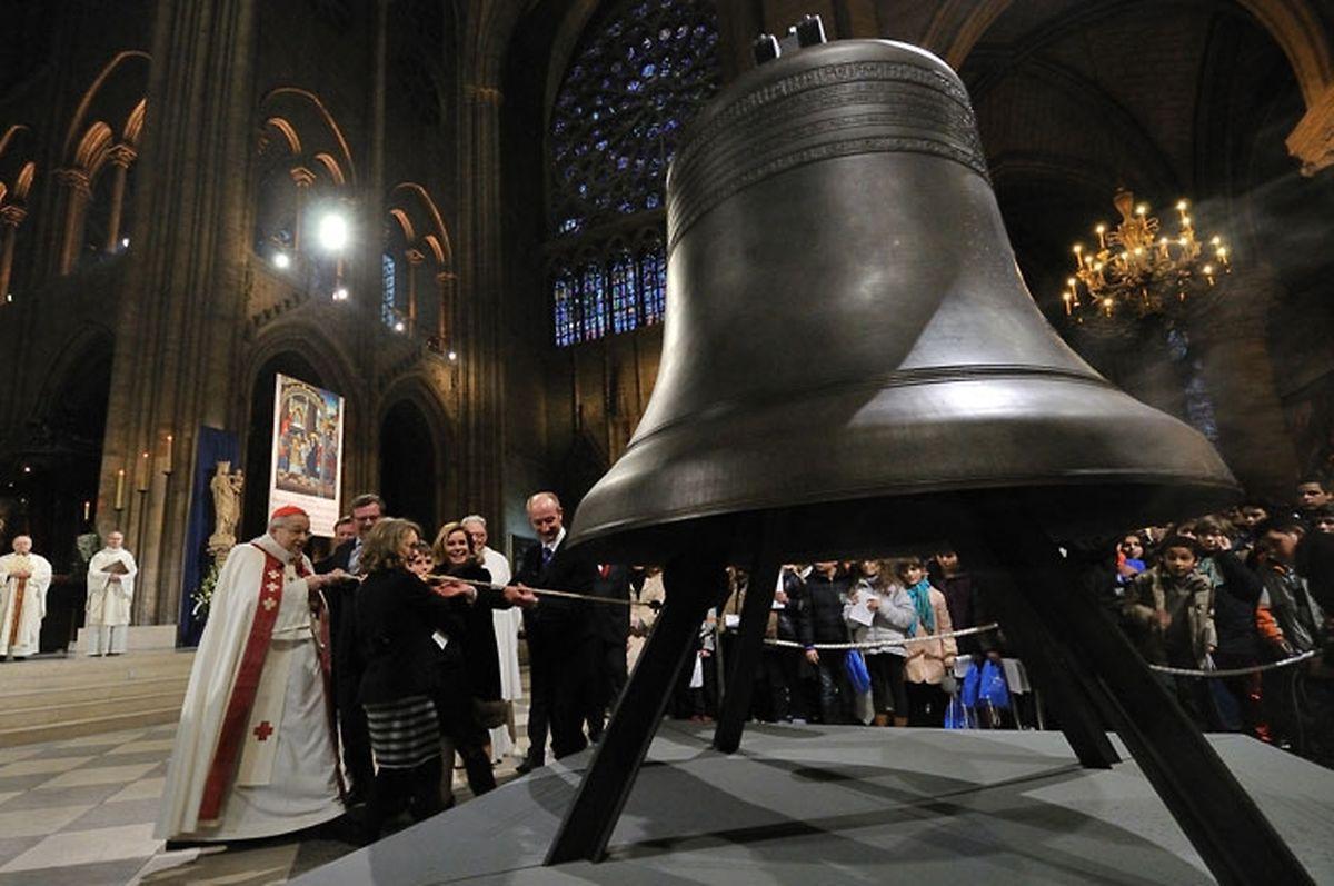 """Zusammen mit Erzbischof Vingt-Trois schlug das großherzogliche Paar die """"Bourdon Marie"""" zum ersten Mal an."""