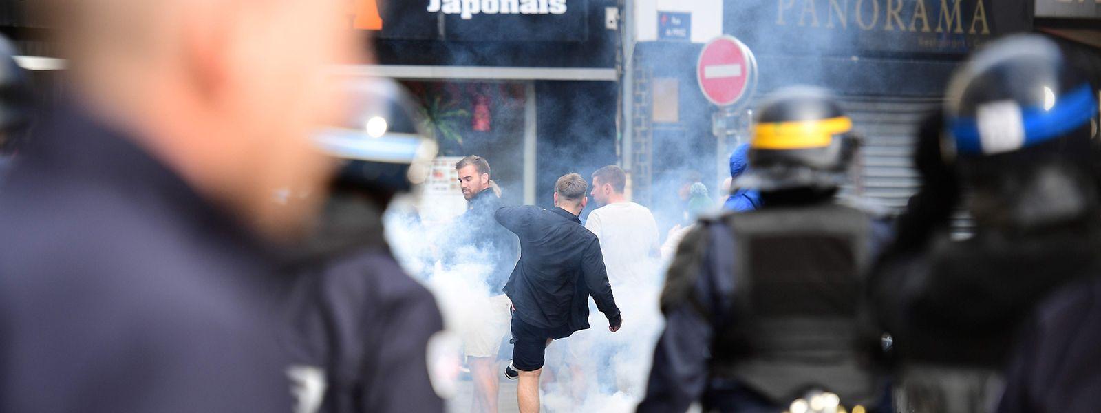Wieder mussten französische Polizisten gegen randalierende Fans vorgehen.