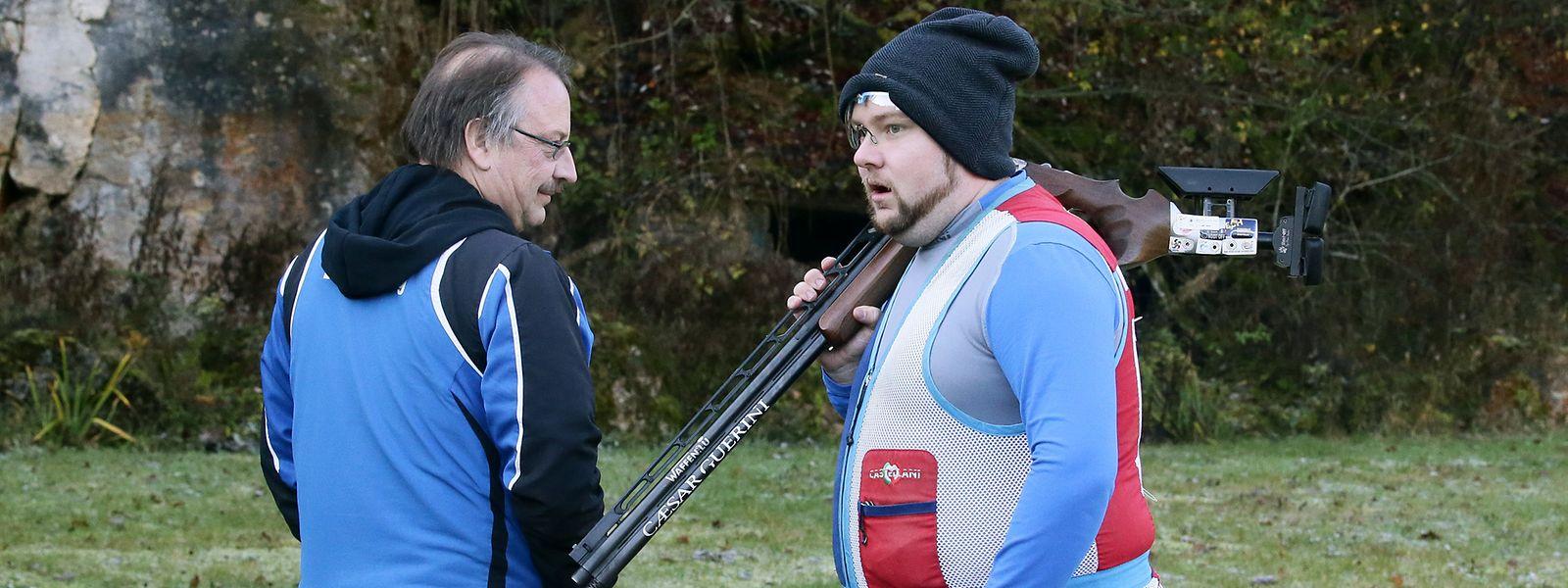 Lyndon Sosa und Trainer Frank Best (l.) besprechen die Trainingseinheit auf dem Schießstand in Rümelingen.