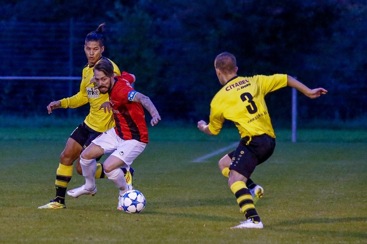 Maxime Courtray à la lutte avec Wilsen Sebbahi. Le capitaine mondercangeois a montré l'exemple à suivre.