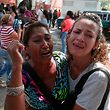 28.03.2018, Venezuela, Valencia: Angehörige von Gefangenen halten sich in den Armen und weinen. In Venezuela sind bei einer Meuterei von Gefangenen in einer Polizeistation mehrere Menschen ums Leben gekommen. Die Meuterei begann, als die Häftlinge einen ihrer Bewacher als Geisel nahmen und anschließend Matratzen in Brand setzten, hieß es in Medienberichten. Foto: Juan Carlos Hernandez/ZUMA Wire/dpa +++ dpa-Bildfunk +++