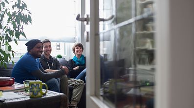 Ayham (au centre) avait fui la Syrie et vit depuis plus d'un an en colocation sous le toit de Geneviève à Esch. Devenu bénéficiaire du revenu minimum garanti depuis novembre, Mukhtar, (à gauche) a quitté la colocation. Il est retourné vivre en foyer à Heiderscheid.