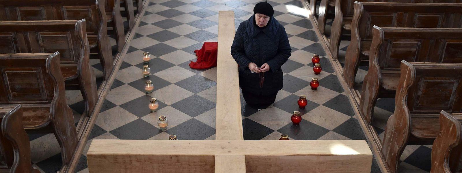 A Minsk, dans une église catholique dans l'attente de la Pâques. Le virus cependant poursuit son avancée.