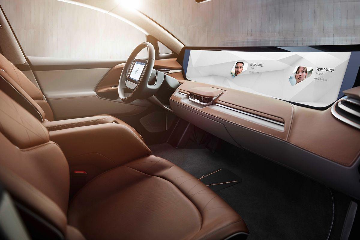 Autokino 2018: Das Armaturenbrett der Byton-Studie besteht aus einem breiten Bildschirm, den der Fahrer unter anderem über Berührung und Gesten steuern kann.