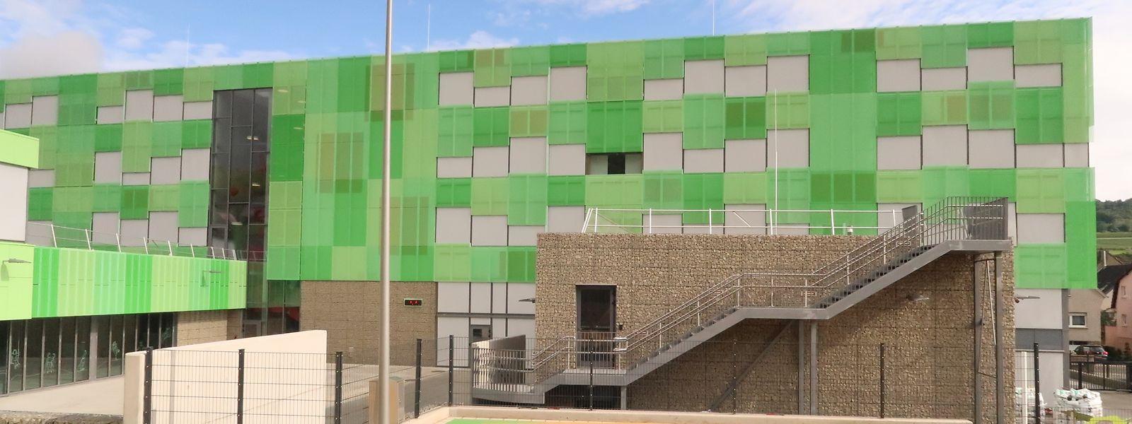 Das grün verkleidete Gebäude ist aus der ganzen Gegend zu sehen.