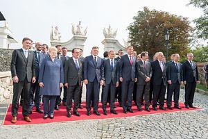 (de g. � dr.) (1er rang) Taavi Roivas, Premier ministre de la r�publique d'Estonie ;�Dalia Grybauskait�, pr�sidente de la r�publique de Lituanie�; Fran�ois Hollande, pr�sident de la R�publique fran�aise�; Robert Fico, Premier ministre de la R�publique slovaque�; Donald Tusk, pr�sident du Conseil europ�en�; Klaus Iohannis, pr�sident de la Roumanie�; N�kos Anastasi�dis, pr�sident de la r�publique de Chypre�; Jean-Claude Juncker, pr�sident de la Commission europ�enne ; Bohuslav Sobotka, Premier ministre de la R�publique tch�que�; Jeppe Tranholm-Mikkelsen, secr�taire g�n�ral du Conseil europ�en -----(2e rang) Charles Michel, Premier ministre du royaume de Belgique ; Xavier Bettel, Premier ministre, ministre d'�tat