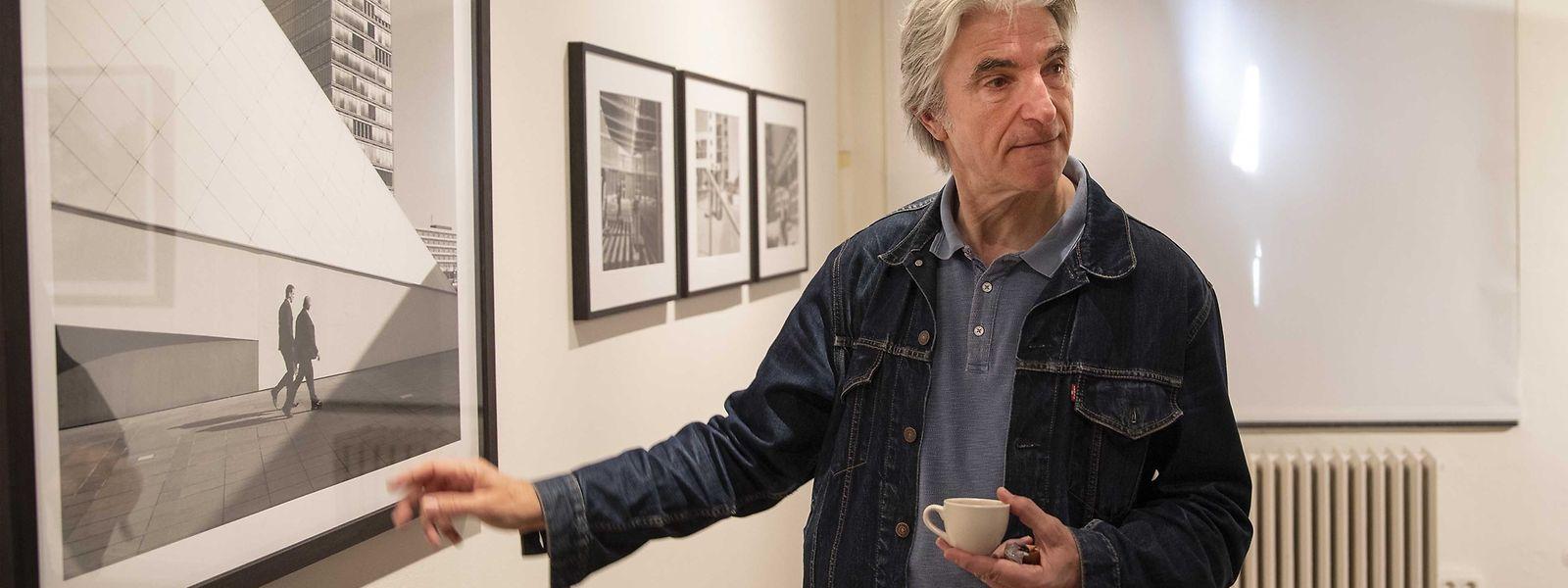 Ivon Lambert - mit der Kaffeetasse in der Hand durch seine Ausstellung.