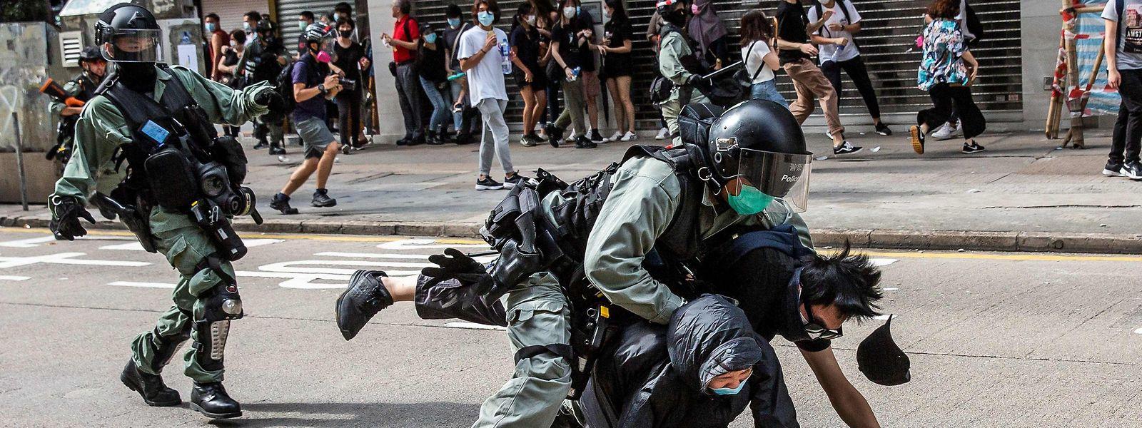 Erstmals seit Ausbruch der Corona-Pandemie kam es am Sonntag in Hongkong wieder zu regelrechten Straßenschlachten zwischen Polizei und Demonstranten.