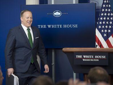 """In einer lautstarken Pressekonferenz kanzelte Sean Spicer die Journalisten ab und bezichtigte sie der """"Rosinenpickerei""""."""