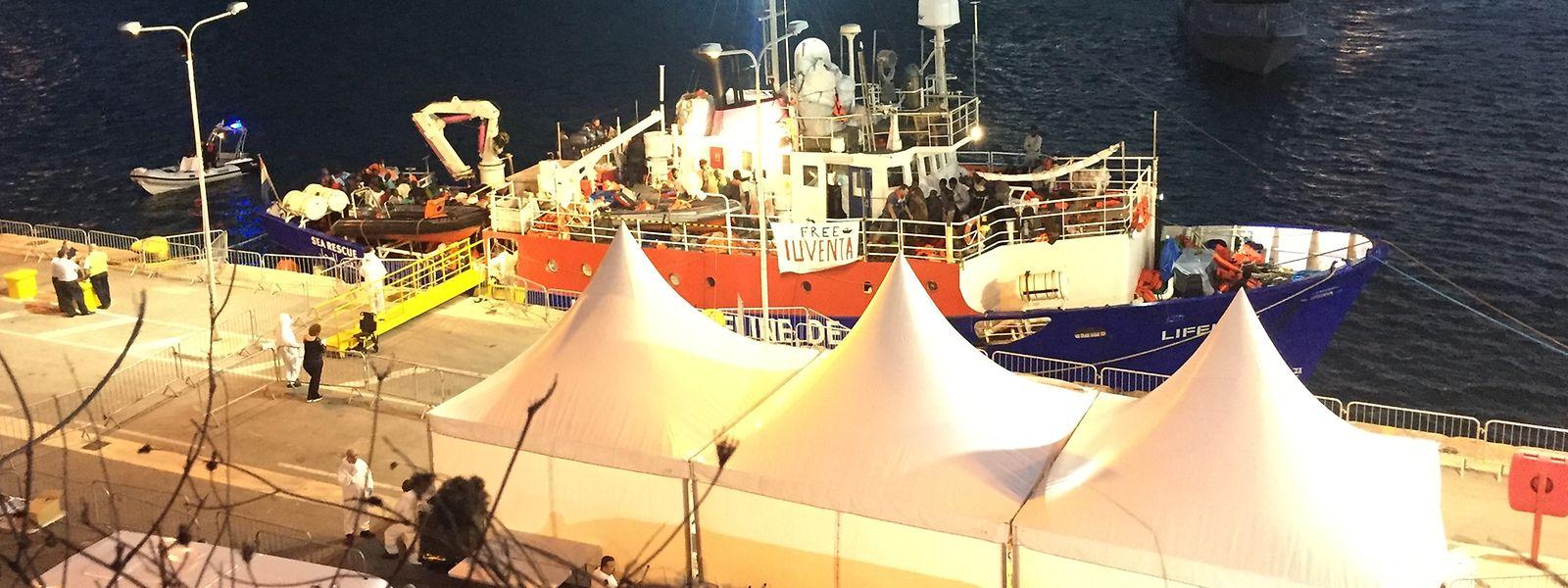 Das blockierte Flüchtlings-Rettungsschiff der deutschen Hilfsorganisation «Lifeline» liegt am Mittwochabend in dem Hafen von Valletta, festgemacht an der Pier.