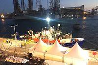 27.06.2018, Malta, Valletta: Das blockierte Flüchtlings-Rettungsschiff der deutschen Hilfsorganisation «Lifeline» liegt am Abend in dem Hafen von Valletta festgemacht an der Pier. Das Schiff mit 234 Migranten durfte nach fast einer Woche auf dem Mittelmeer anlegen. Acht europäische Mitgliedsstaaten haben sich bereit erklärt, Flüchtlinge vom Schiff aufzunehmen. Das Schiff werde aber beschlagnahmt, sagte Maltas Ministerpräsident. Foto: Friedrich Leitermann/dpa +++ dpa-Bildfunk +++
