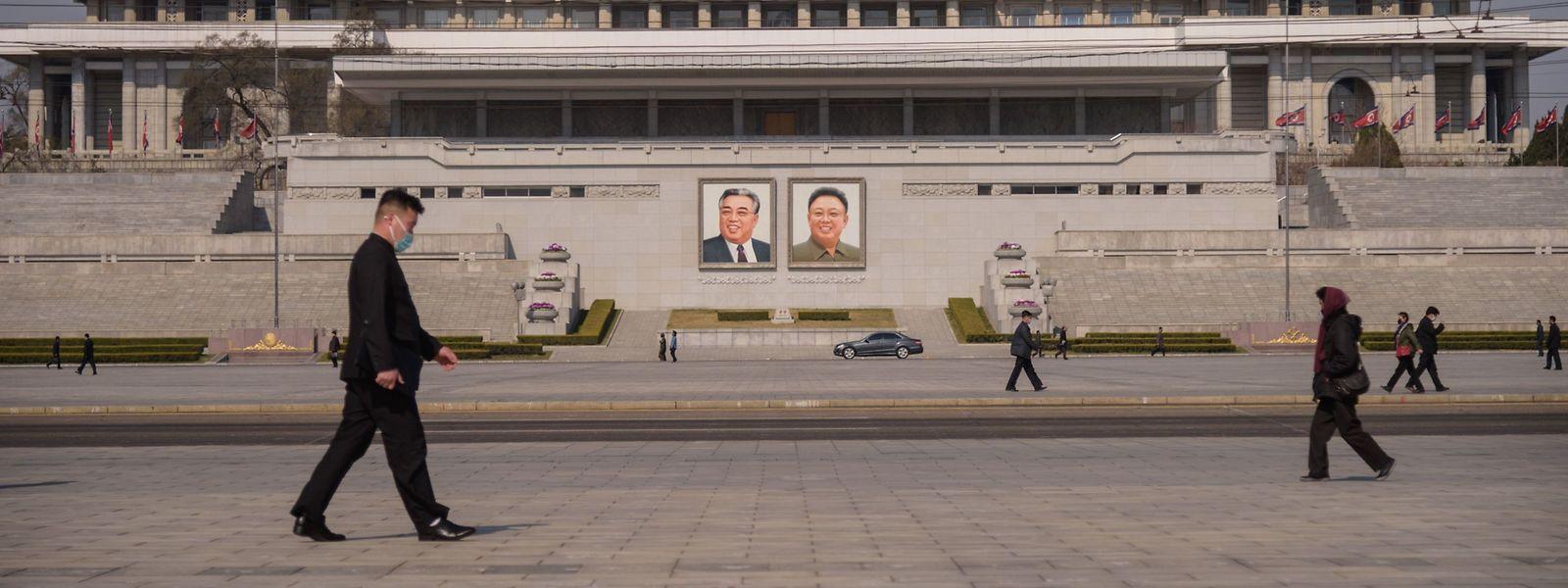 Passanten mit Mundschutz auf dem Kim-Il Sung-Platz in Pjöngjang. In Nordkorea gibt es bislang keine bestätigten Corona-Fälle. Doch Beobachter zweifeln die Angaben des Regimes an.