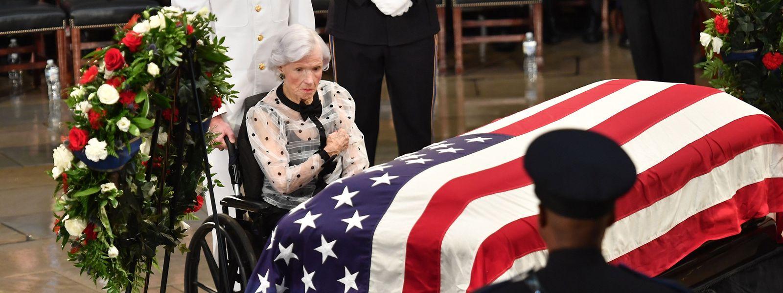 Die 106-jährige Roberta McCain am Sarg ihres Sohnes John.