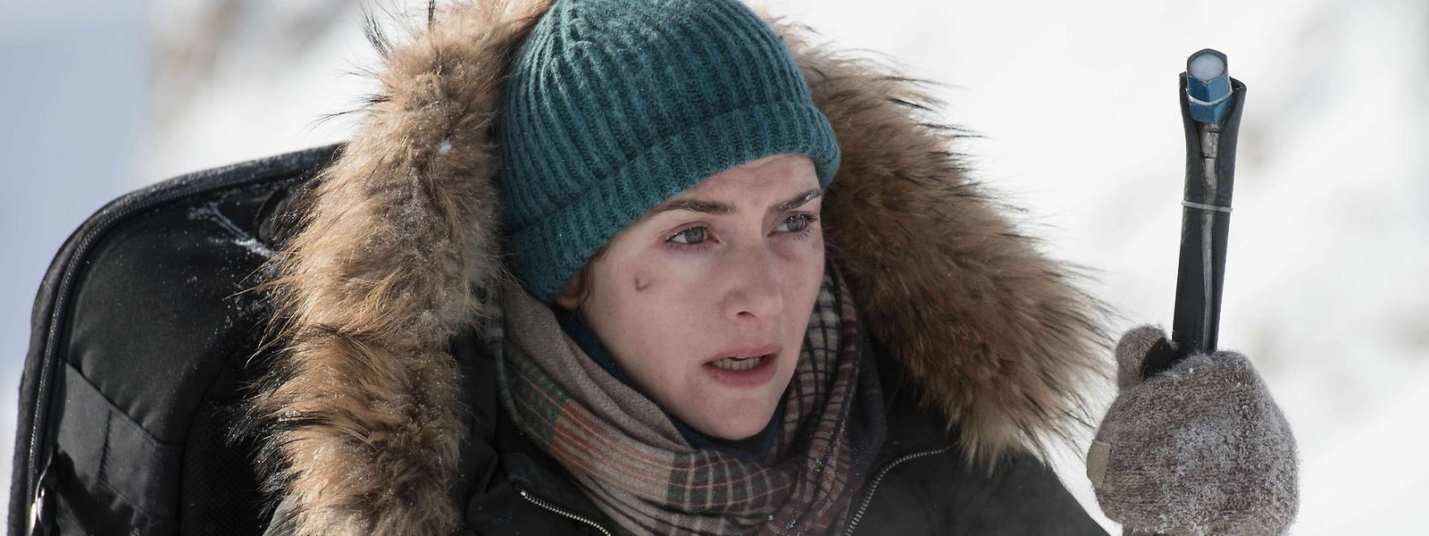 Kate Winslet à espera que passe um táxi para a levar ao hotel.