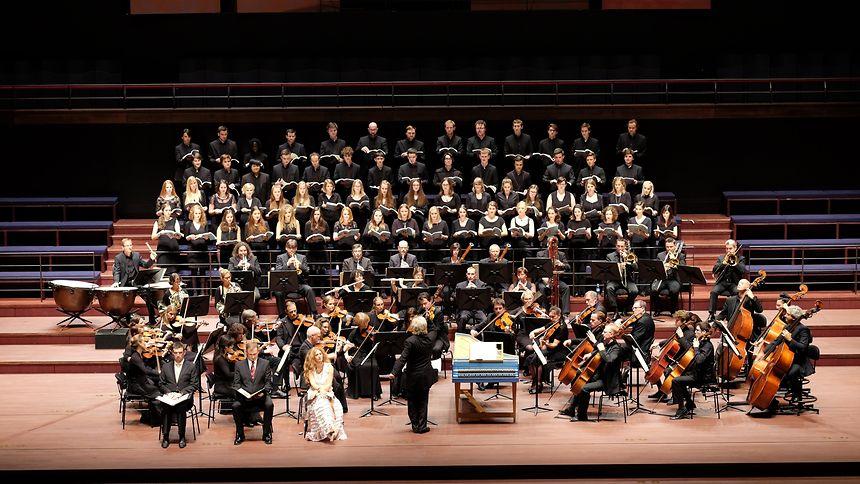 Une image habituelle: l'orchestre au service d'un ensemble vocal du pays.