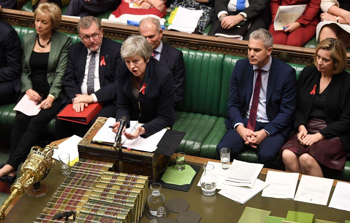 Theresa May (am Pult) muss auf die Treue ihrer Parteifreunde setzen.