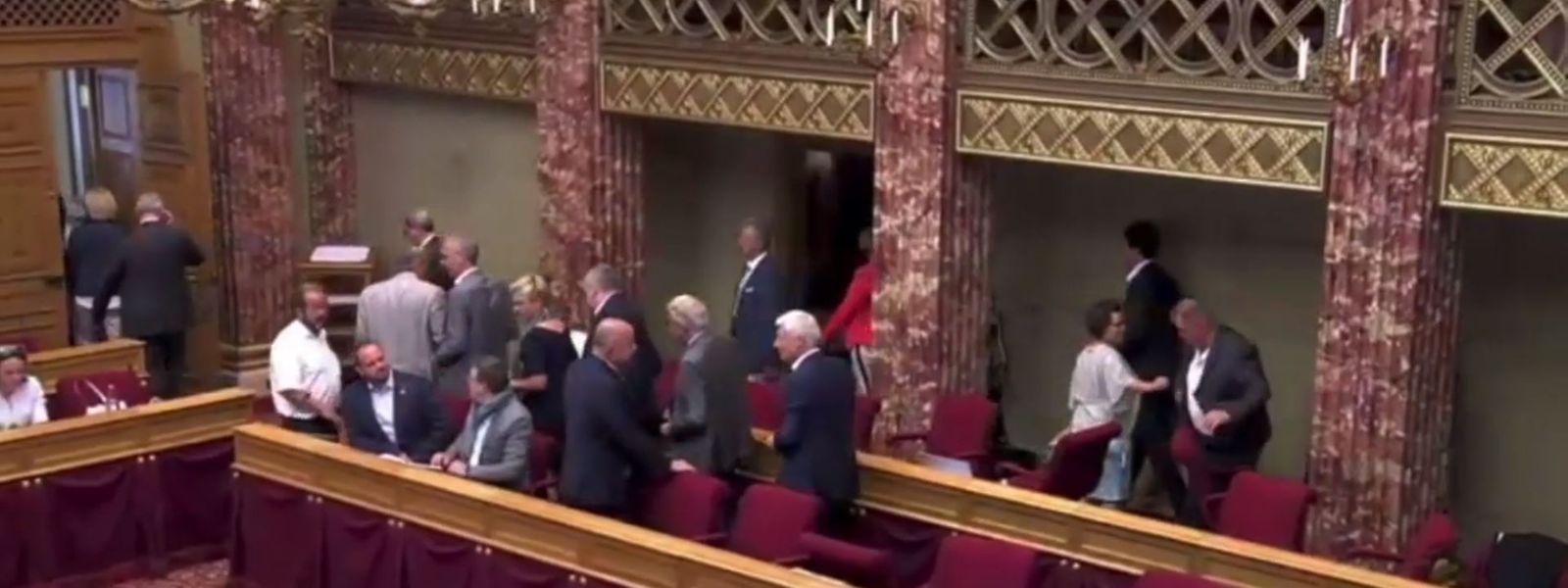 Nachdem die Opposition den Sitzungssaal verlassen hatte, blieben die rechten Bänke leer.