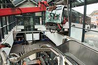 """13.05.2020, Hamburg: Ein Gelenkbus hängt über einer Rolltreppe im Busbahnhof Bergedorf und wird geborgen. Bei einem spektakulären Unfall ist der Bus in das Gebäude des zentralen Busbahnhofs gekracht. Das Fahrzeug der Verkehrsbetriebe Hamburg-Holstein ist erst über einer Rolltreppe auf der oberen Ebene des Bahnhofs zum Stehen gekommen. Die Busfahrerin und ein Passant seien leicht verletzt worden, teilte die Feuerwehr mit. (zu dpa """"Gelenkbus kracht in Bahnhofsgebäude - zwei Verletzte"""") Foto: Daniel Bockwoldt/dpa +++ dpa-Bildfunk +++"""