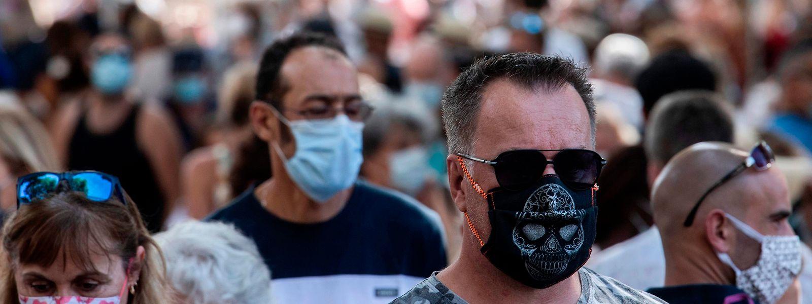 En France, l'obligation de port du masque s'étend progressivement à de plus larges périmètres dans de nombreuses localités