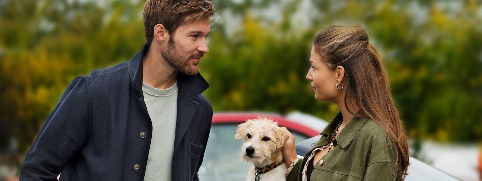 Lennart (Tommy Schlesser) trifft in seiner schwedischen Heimat auf Maren (Lena Meckel), die den charmanten Museumsdirektor bereits während ihrer gemeinsamen Schulzeit anhimmelte. Auch an seinem Hund, Terrier Chili, findet sie schnell Gefallen.