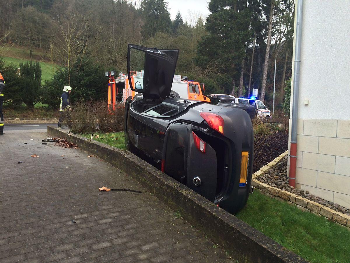 Über die Beifahrertür gelangte der Mann aus dem Auto, das von einer Mauer gestoppt worden war.