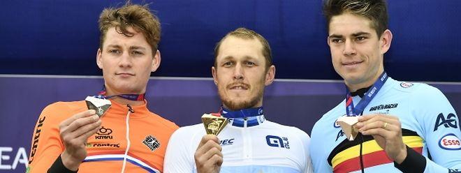 Matteo Trentin entouré par les deux spécialistes des sous-bois Mathieu Van der Poel (à gauche) et Wout Van Aert.