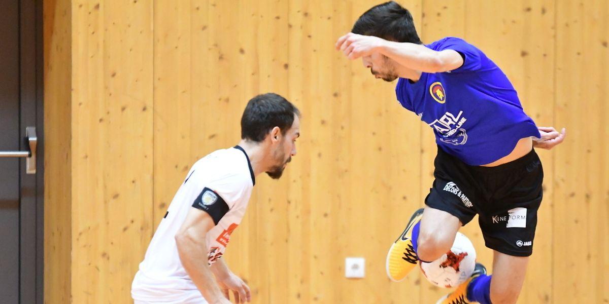 Fabio Ferreira se joue de Marcio Pereira, le Sparta Dudelange a validé son ticket pour les play-offs et condamné l'Union Titus Pétange.