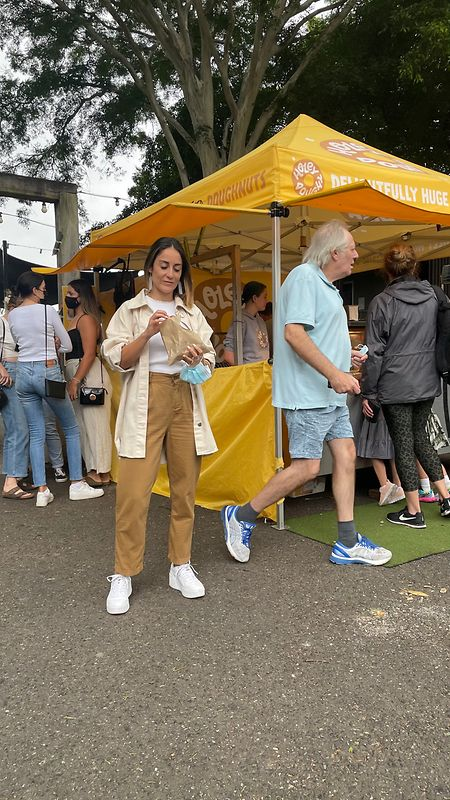 Ana Morais no mercado de rua em Brisbane.