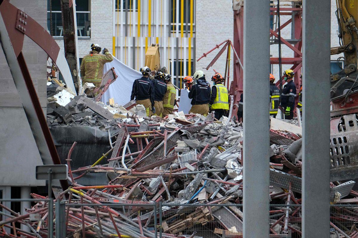 Rettungskräfte bergen am Samstag weitere Opfer aus den Trümmern des eingestürzten Gebäudes.