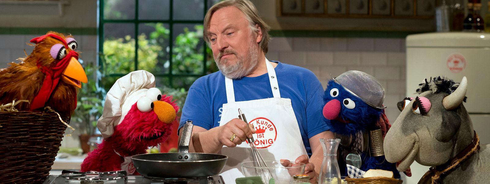 In der Küche mit einem Stargast: Elmo (2.v.l.), Grobi (2.v.r.) und ihre Freunde backen mit Schauspieler Axel Prahl.