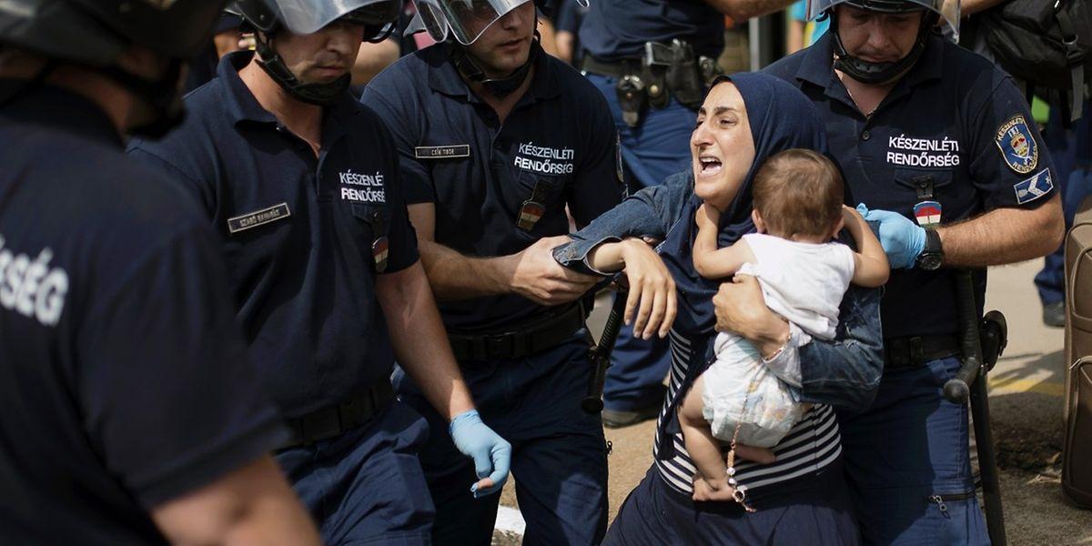 Uma mulher e o seu filho, que seguiam esta quinta-feira num comboio entre Budapeste e Viena, foram retirados à força da carruagem pela polícia húngara, na fronteira entre a Hungria e a Áustria
