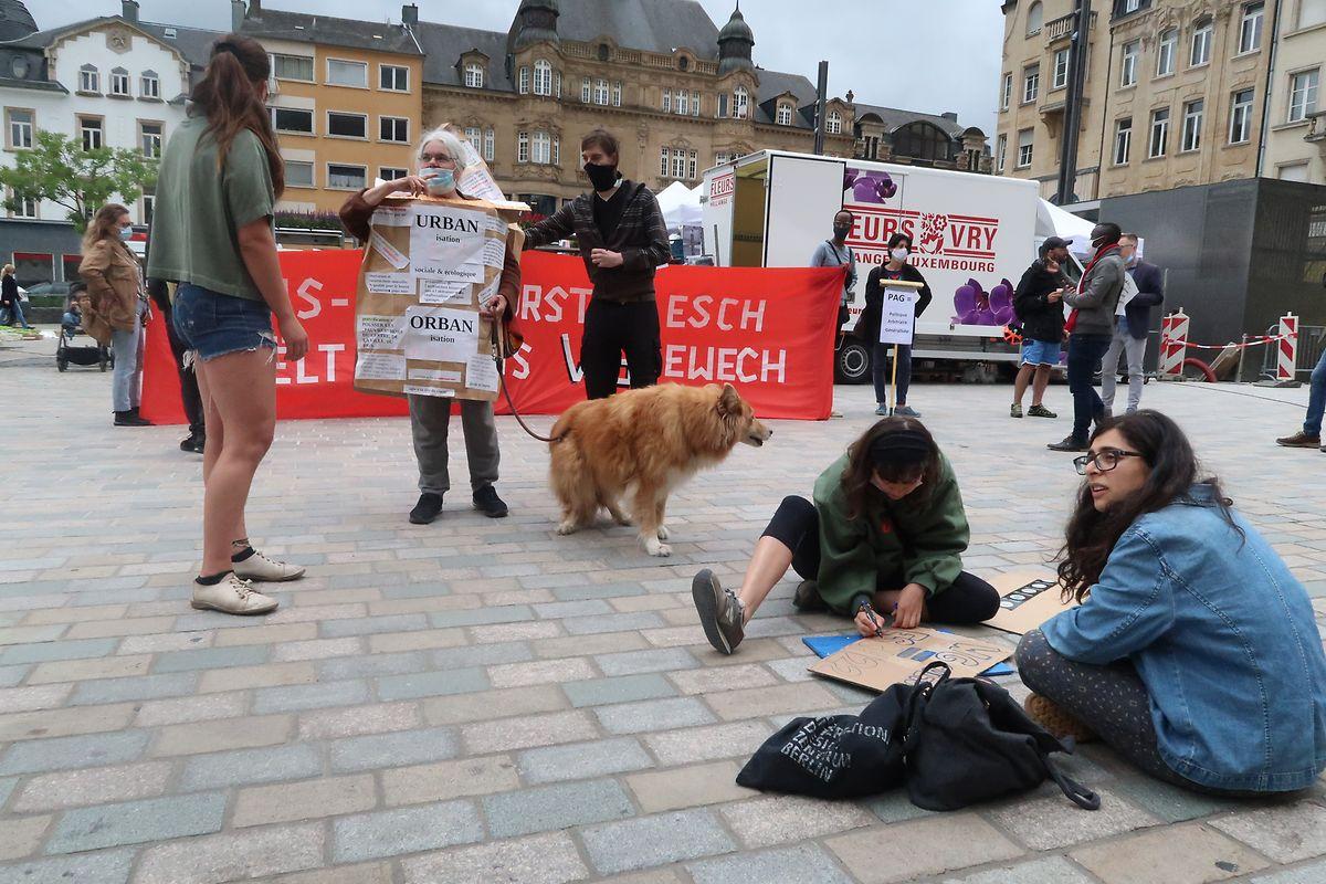 Die Demonstranten hielten sich auf dem Markt auf, ehe manche von ihnen die Sitzung im Rathaus verfolgten.