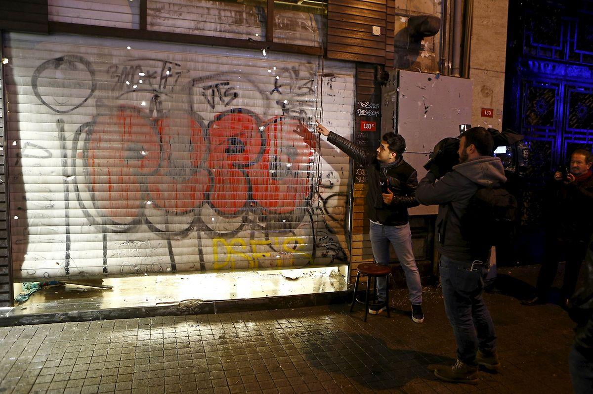Ein TV-Reporter berichtet am Samstagabend in der Nähe des Ortes, an dem der Anschlag verübt wurde.