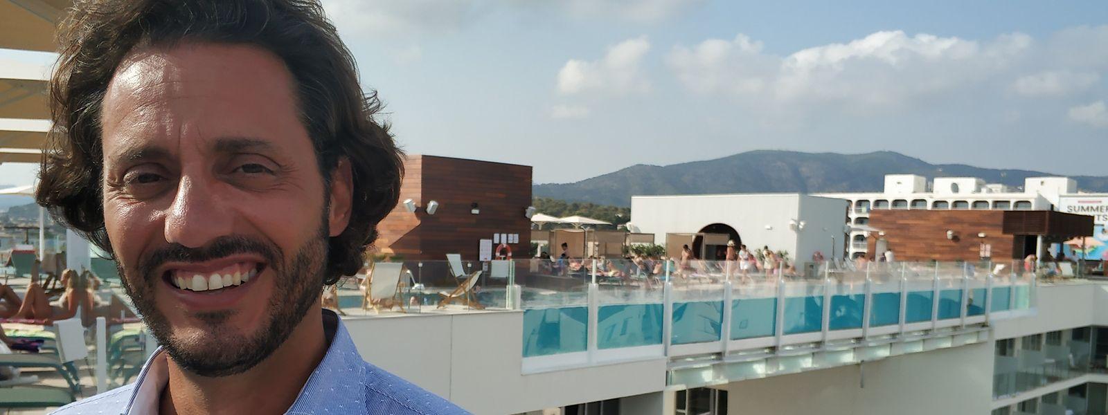 Hoteldirektor Rubén Llach – hier zu sehen vor dem transparenten Pool, der viele Gäste anlockt – glaubt, dass sich Magaluf verändern muss, um auch in Zukunft Erfolg zu haben.