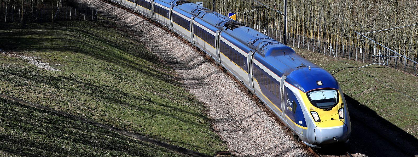 Ein Eurostar-Zug fährt über Folkestone in Kent nach Frankreich.