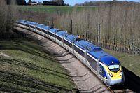 """ARCHIV - 11.03.2019, Großbritannien, Folkestone: Ein Eurostar-Zug fährt über Folkestone in Kent nach Frankreich. (Zu dpa """"25 Jahre Eurostar - Mit 300 Stundenkilometern durch Europa"""") Foto: Gareth Fuller/PA Wire/dpa +++ dpa-Bildfunk +++"""