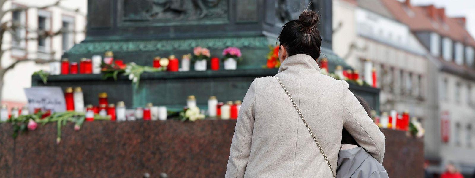 Auf dem Marktplatz in Hanau stehen Kerzen und Kränze in Gedenken an die Opfer des Anschlags vom Donnerstagabend.