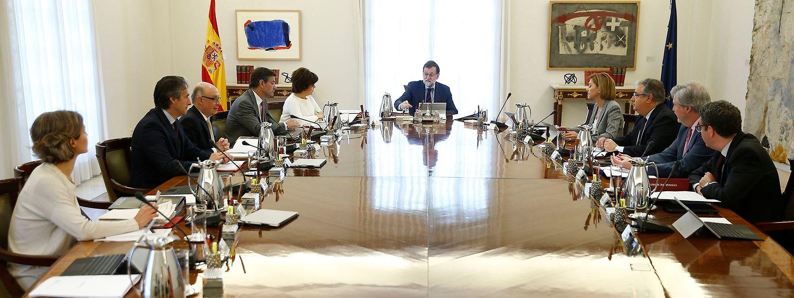 Madrid: Das von der spanischen Regierung zur Verfügung gestellte Foto zeigt Mariano Rajoy (M), Ministerpräsident vonSpanien, bei einer außerordentlichenSitzung des Kabinetts.