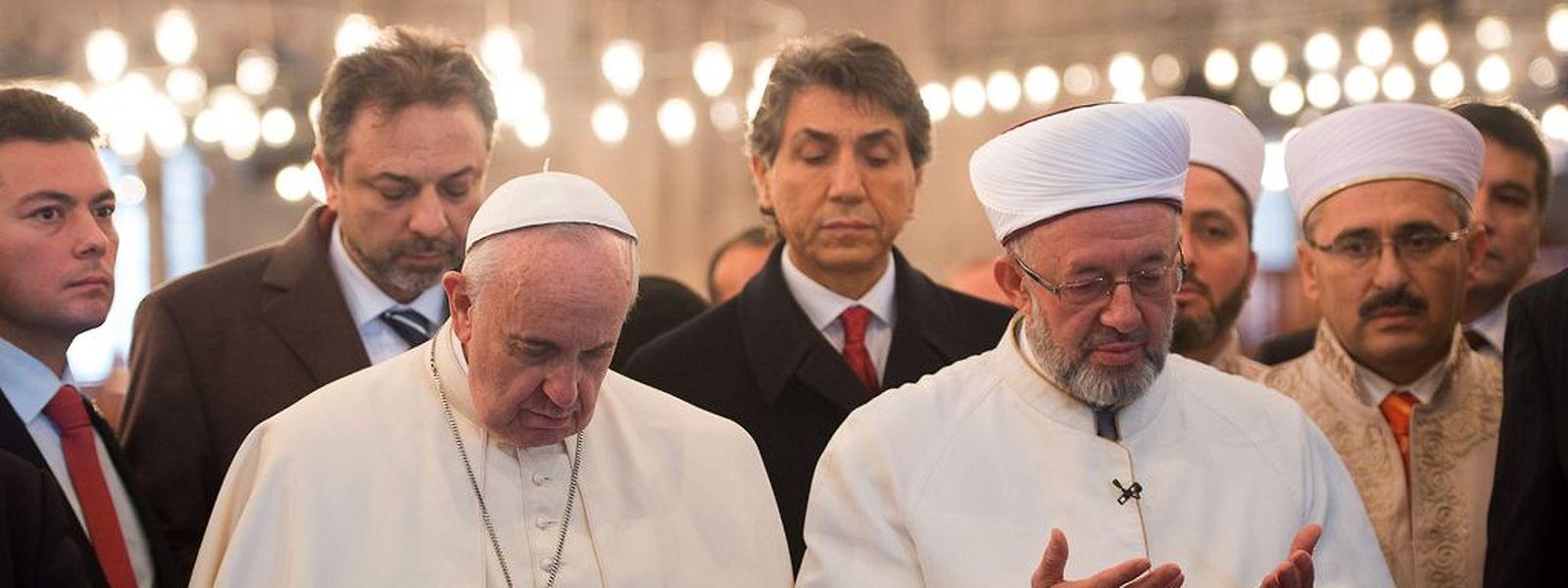 Papst Franziskus besuchte am Samstag die blaue Moschee und hielt inne.